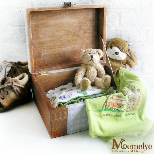 Fából készült emlékdoboz babák számára