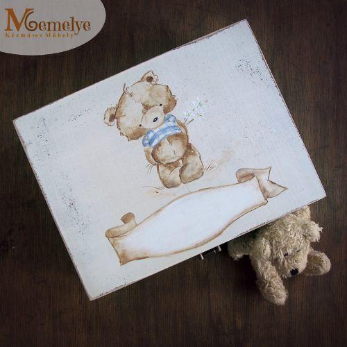 Fából készült, kézzel festett maci mintával díszített baba emlékdoboz, kisfiúk számára.