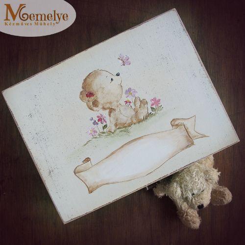 Fából készült, kézzel festett maci mintával díszített baba emlékdoboz, kislányok számára.